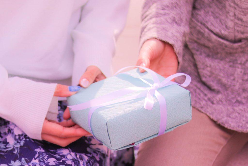 プレゼントをもらう女性の画像